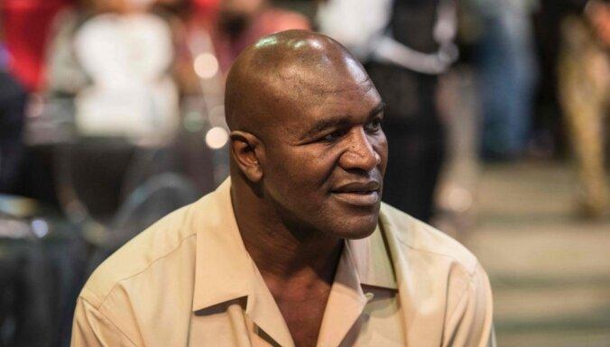 Pasaules eksčempions boksā Holifīlds 57 gadu vecumā atgriežas ringā