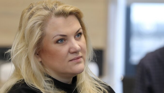 Stiliste Salceviča attiecības ar šķirto vīru nosauc par 'ieilgušu romānu'