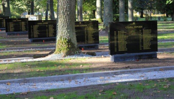 ФОТО: В Елгаве на братском кладбище обновили памятные плиты