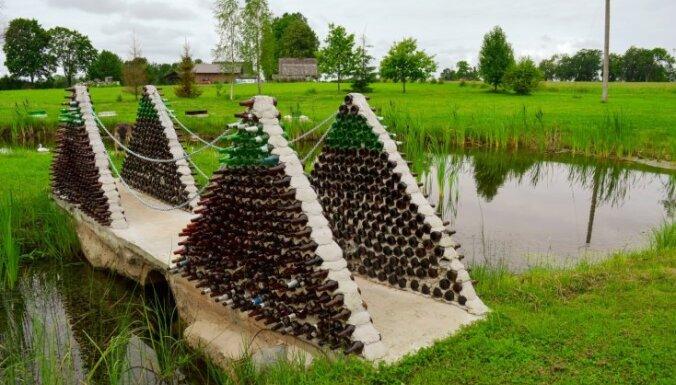 Unikālais Pudeļu dārzs Gulbenes pusē, kas priecē ar neparastiem vides objektiem