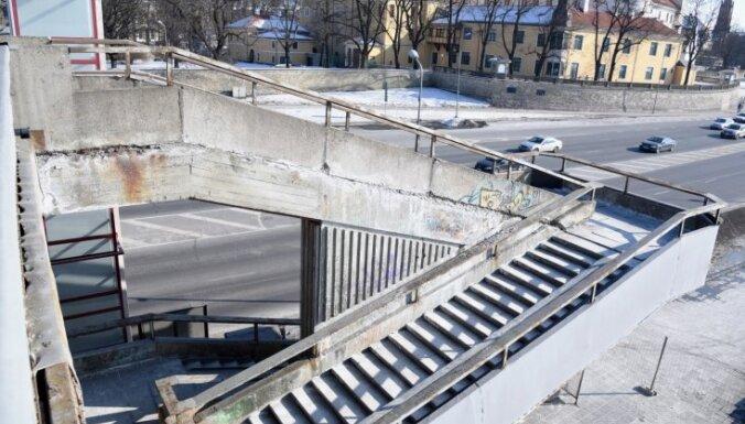 Vanšu tilta kāpnes paliek slēgtas; domei trīs scenāriji