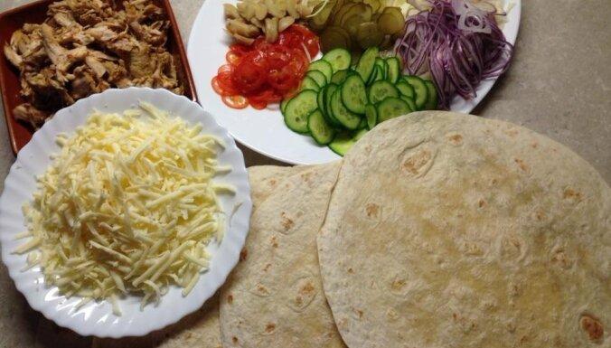 Tortiljas ar vistu, gurķiem un marinētiem šampinjoniem