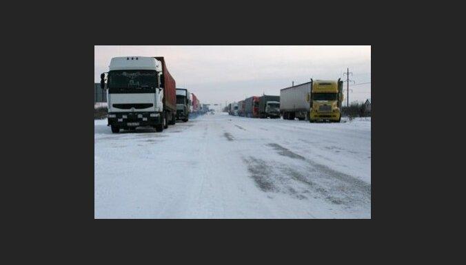 Sniegā iesprostotās automašīnas Krievijā gandrīz atbrīvotas