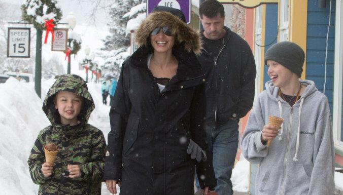 Без шапки и с мороженым: Анджелина Джоли гуляет с детьми на горнолыжном курорте