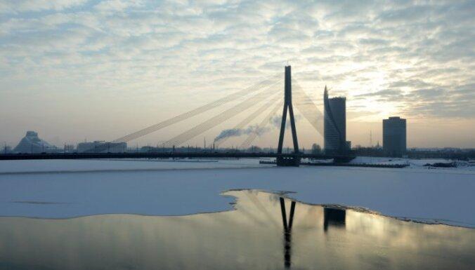 No Vanšu tilta vantīm Rīgā krīt slapjš sniegs