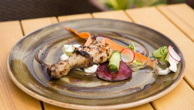 Svaigsiera salāti ar dārzeņiem un grilētiem vistas stilbiņiem piknikam