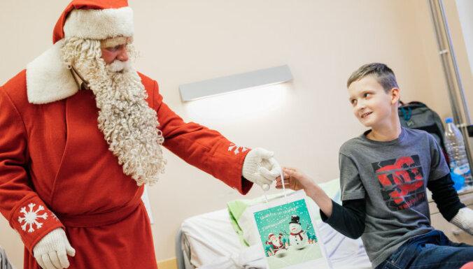 Ziemassvētku vecītis dodas apciemot Bērnu slimnīcas pacientus