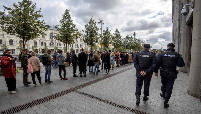 Krievijā slavenības protestē pret demonstrantu ieslodzīšanu