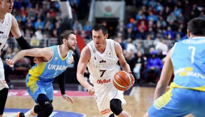 Latvijas basketbola izlase svarīgā mačā parāda bezcerīgu sniegumu pret Ukrainu