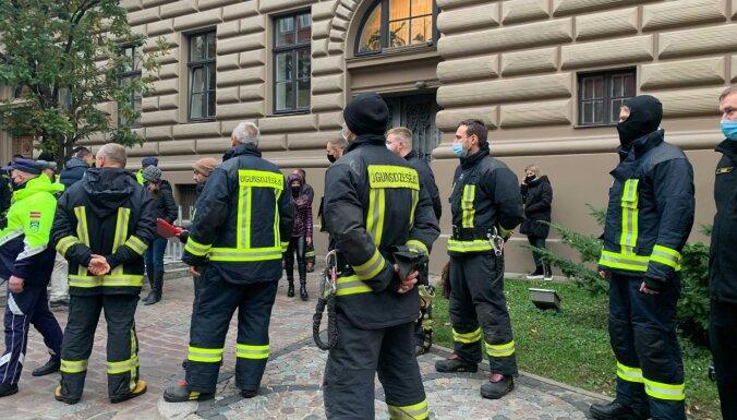 Video: Cilvēki pie Saeimas prasa atcelt prasību vakcinēties pret Covid-19 (plkst. 9.49)