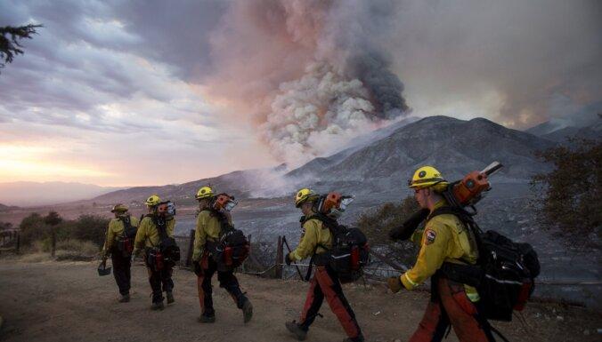 Kalifornijā no ugunsgrēka ieskauta dabas rezervāta evakuēti desmitiem cilvēku