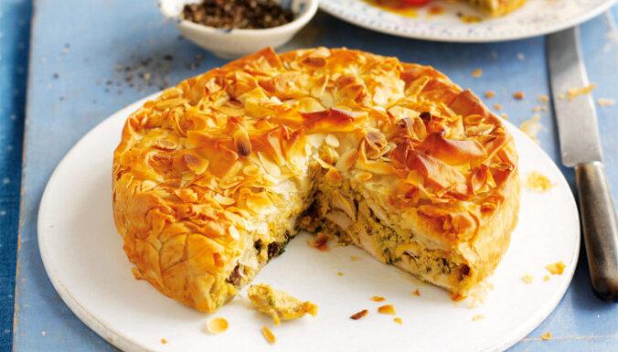 Filo mīklas pīrāgs ar vistas gaļas un rozīņu pildījumu