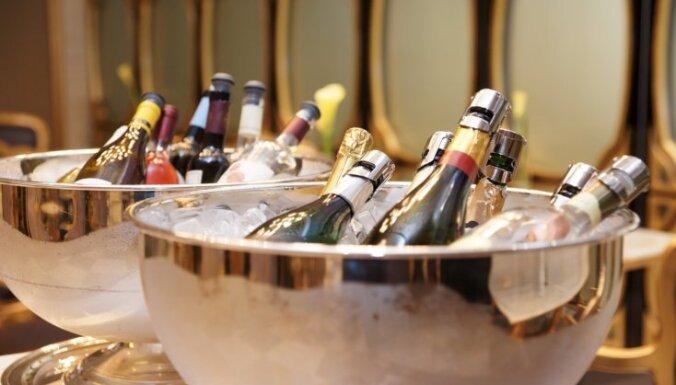 Lielākos nodokļus uz vienu darbinieku pērn maksājuši dzērienu ražotāji, liecina pētījums