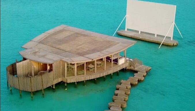 Video: Kinoteātris Maldīvu salās, kas izveidots uz ūdens