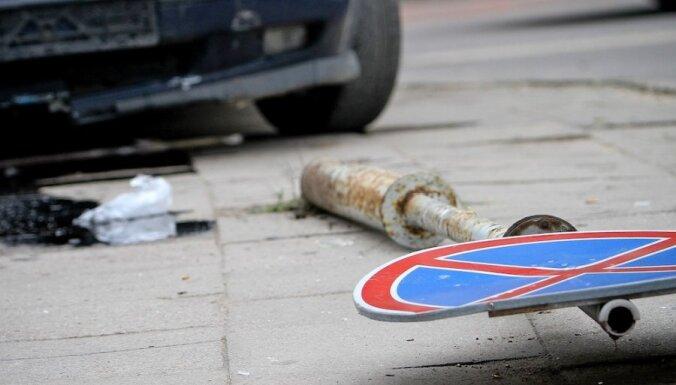 В Вецмилгрависе автомобиль задавил 80-летнего мужчину