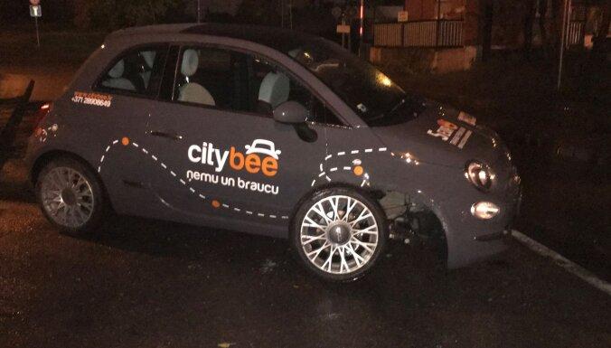 ФОТО: В Риге водитель разбил машину CityBee и ушел