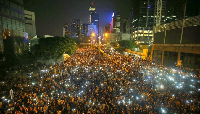 Pērnā gada protestu dēļ Honkongā aiztur divus opozīcijas deputātus