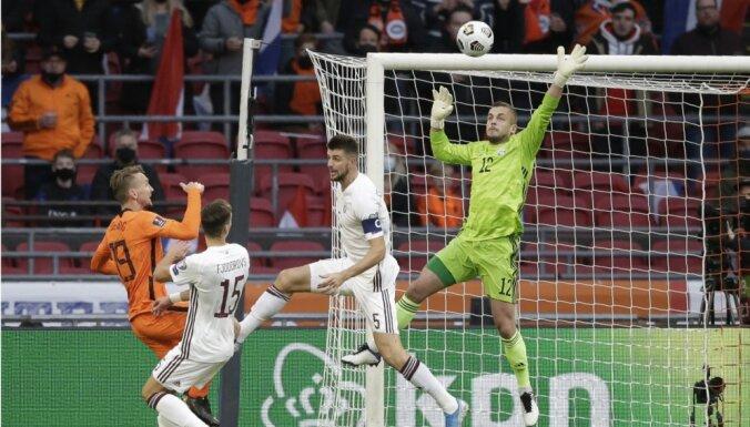 Latvijas futbola izlase Nīderlandes spiedienā ielaiž tikai divus vārtus