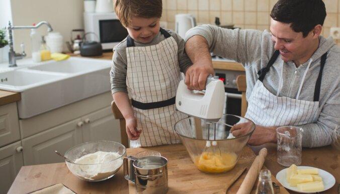 10 Montesori pedagoģijas iedvesmoti paņēmieni, kā bērnam mācīt darboties virtuvē