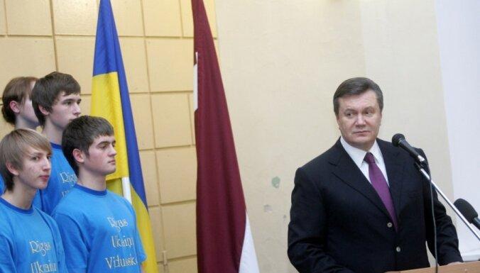 Латвийские неграждане просят Януковича отменить визы