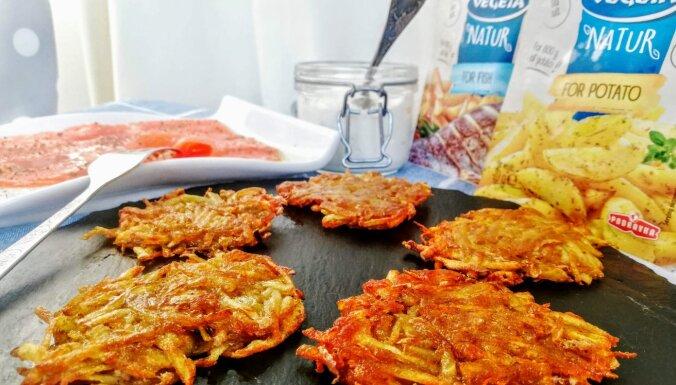 Kraukšķīgās kartupeļu pankūkas ar lasi un skābo krējumu
