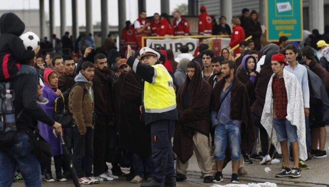 Foto: Austrijā no Ungārijas ierodas tūkstošiem nelegālo imigrantu