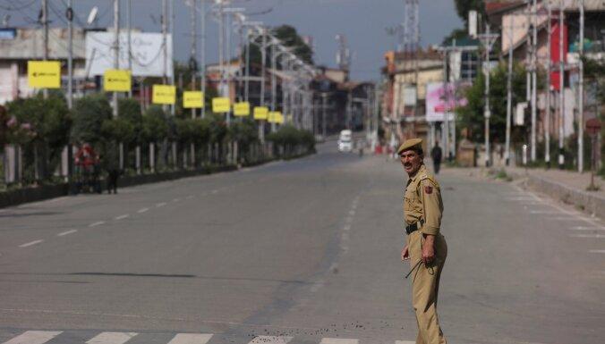 Bažās par protestiem Indijas Kašmirā noteikti jauni ierobežojumi