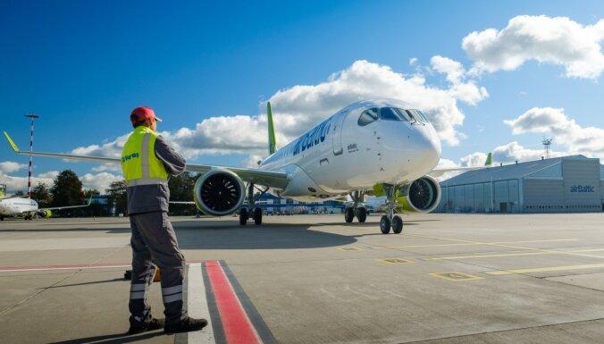 Foto: Rīgā nolaižas 23. 'airBaltic' jaunā 'Airbus' modeļa lidmašīna