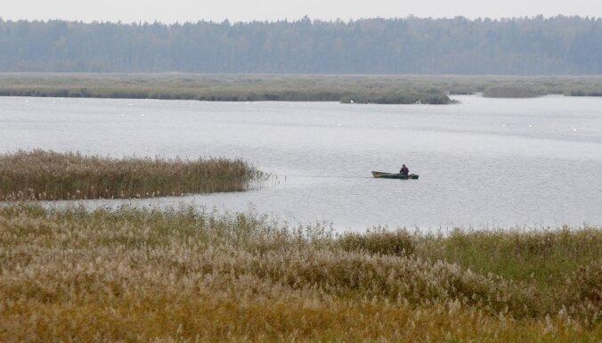 Glābēji no Piksteres ezera izcēluši noslīkušu vīrieti