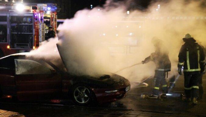 Otro reizi šonedēļ Rīgas centrā aizdegas auto