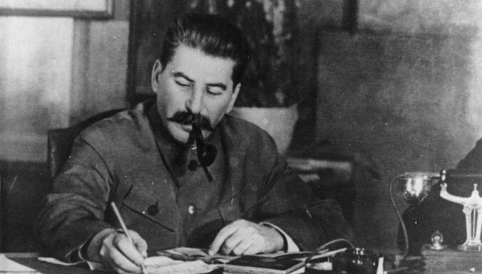 Недавно восстановленный памятник Сталину облили розовой краской