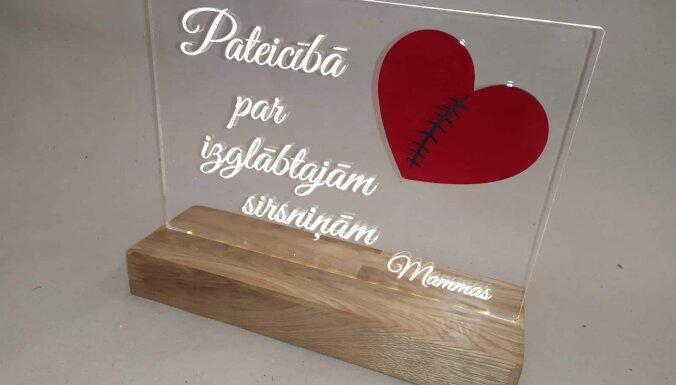 Foto: 'Kardiomammas' Pasaules Sirds dienā sveic Bērnu slimnīcas kardiologus