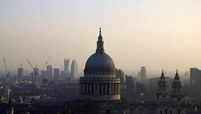 Britu bankas un apdrošinātāji uz ES pārcēluši vairāk nekā triljonu mārciņu, secināts pētījumā