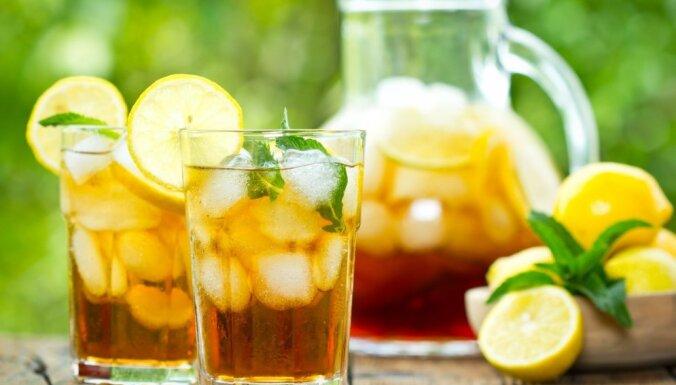 Kā panākt, lai aukstie kokteiļi vēsumu saglabātu ilgāk? 14 dzērienu receptes karstajām dienām