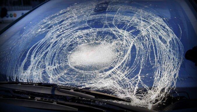 Piektdien avārijās Latvijā cieš četri, arī gājējs un velosipēdists