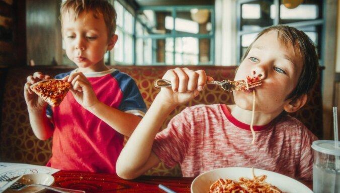 Veselīgi vai neveselīgi? Uztura speciālistes atziņas par bērnu ēšanas paradumiem