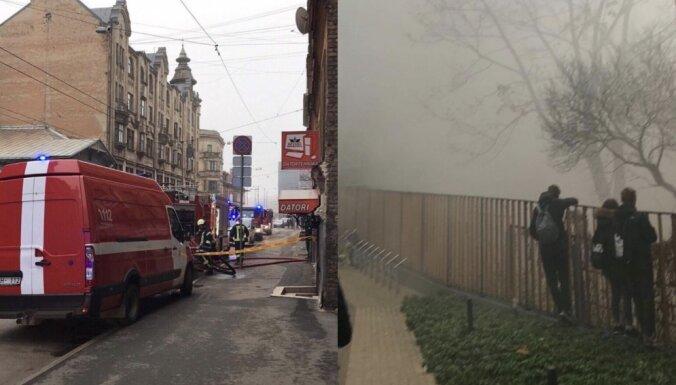 Ugunsdzēsēji lokalizējuši dzīvojamās ēkas ugunsgrēku Rīgas centrā