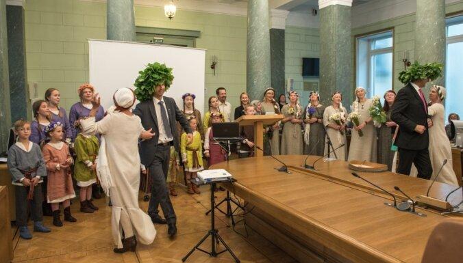 ФОТО: Перед заседанием правительства чествовали Янисов