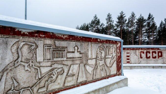 ФОТО. Увековечили эпоху: Бетонные блоки с советской символикой неподалеку от Царникавы