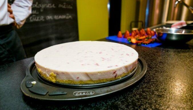 Neceptā jogurta un svaigā siera kūka ar zemenēm