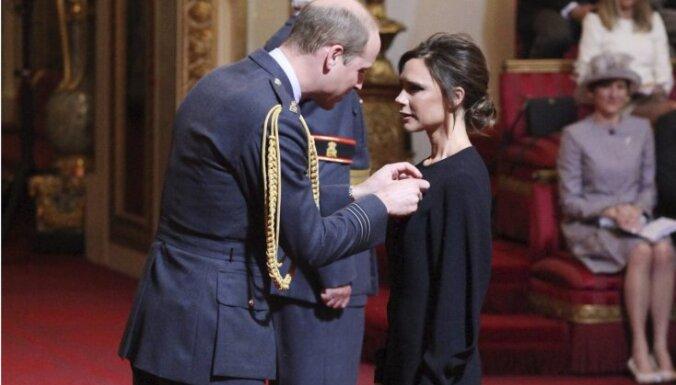 ФОТО: Виктория Бекхэм получила орден Британской империи из рук принца Уильяма
