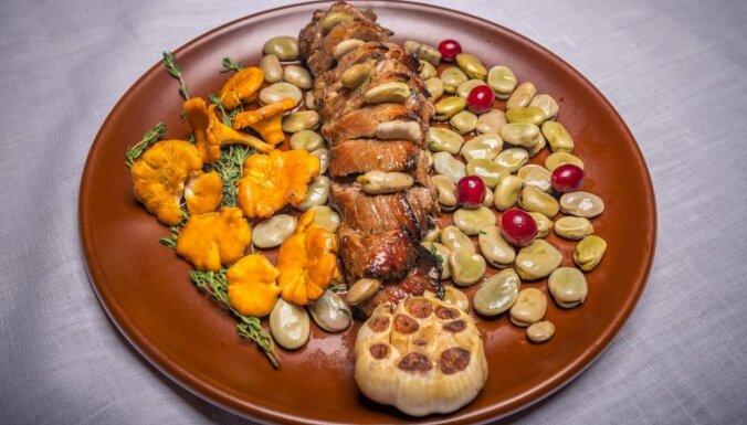 Свиное филе, маринованное в пиве и имбирно-гречишном меде с бобами