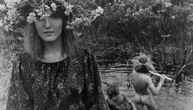Vēsturiski foto: Leģendārie 'kazisti' – Rīgas 60. gadu hipiji un mākslinieki
