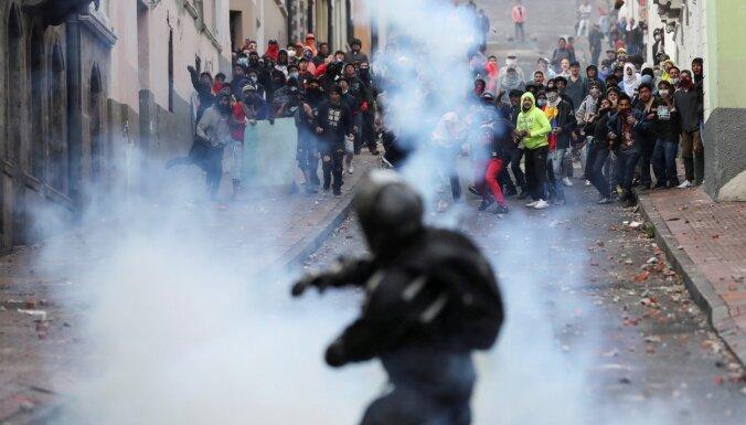 Protestu dēļ Ekvadoras valdība spiesta pamest galvaspilsētu