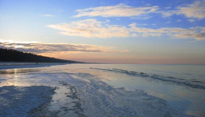 Zvejniekiem aizliedz atrasties uz ledus Pērnavas līcī