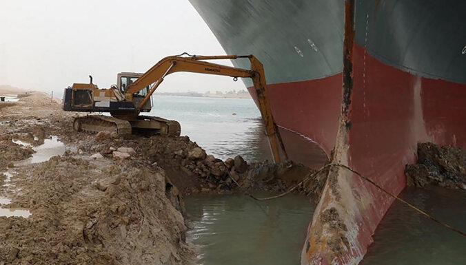 """""""Эвер Гивен"""": вокруг контейнеровоза в Суэцком канале начали углублять дно"""