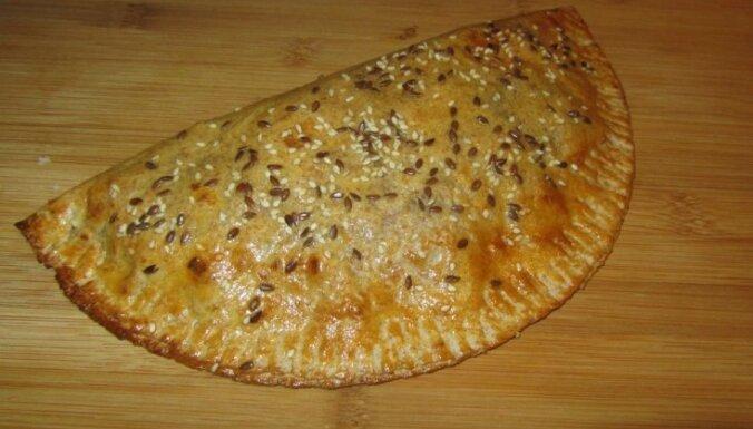 Viltotais čebureks ar sēnēm, papriku un sieru kaloriju skaitītājiem