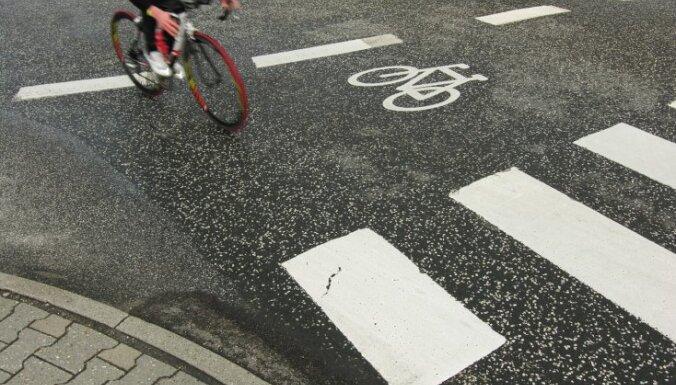 Rīgā slimnīcā nonāk divi velosipēdistu notriekti gājēji