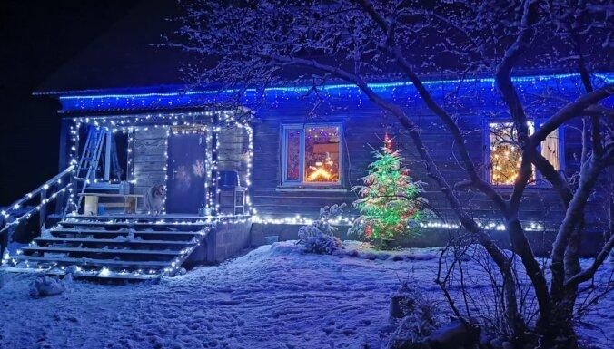 Foto: Par godu Ziemassvētkiem un gadumijai Rugāju novadā rotājas arī mājas