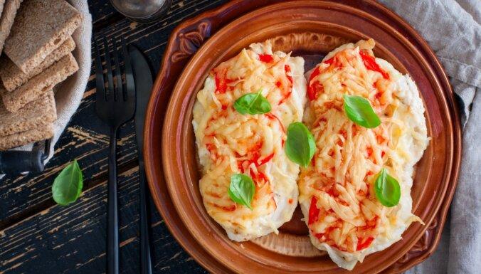 Sulīga, cepeškrāsnī gatavota vistas karbonāde ar sieru un tomātiem